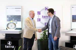Robert Boltendahl, Head Retail Business Europe bei Unity Opto (l.), freut sich zusammen mit BAB LIGHTING Abteilungsleiter Andreas Dik auf eine langfristige und erfolgreiche Zusammenarbeit.